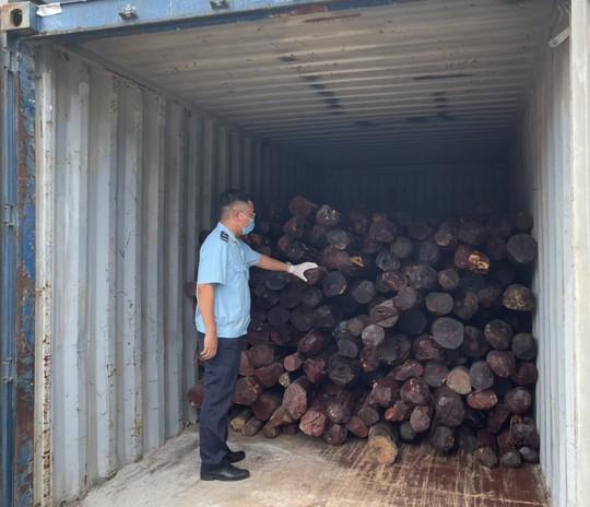 Khởi tố vụ buôn lậu gỗ giáng hương từ Ấn Độ về cảng Đình Vũ - Ảnh 2.