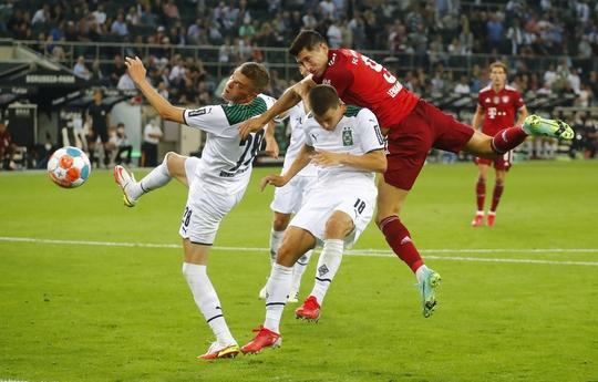 Siêu sao Lewandowski nổ súng, Bayern Munich thoát thua trận ra quân Bundesliga - Ảnh 3.