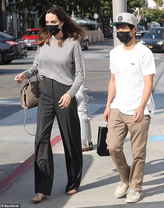 Pax Thiên thường xuyên tháp tùng mẹ nuôi Angelina Jolie - Ảnh 1.