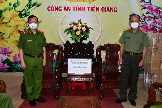 Công an TP HCM tặng quà hỗ trợ Công an Tiền Giang phòng chống Covid-19 - Ảnh 2.