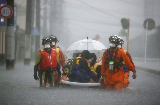 Mưa như trút nước ở Nhật, sấm sét, cháy rừng ở Mỹ - Ảnh 1.