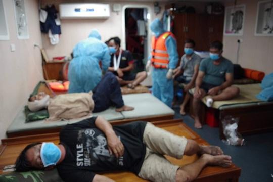 Tông chìm tàu cá giữa biển khơi, tàu hàng quay lại cứu 7 ngư dân và còn 2 mất tích - Ảnh 2.