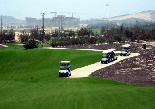 Giám đốc sở, cục phó ở Bình Định hợp thức hóa chơi golf giữa lệnh cấm bằng giấy mời? - Ảnh 1.