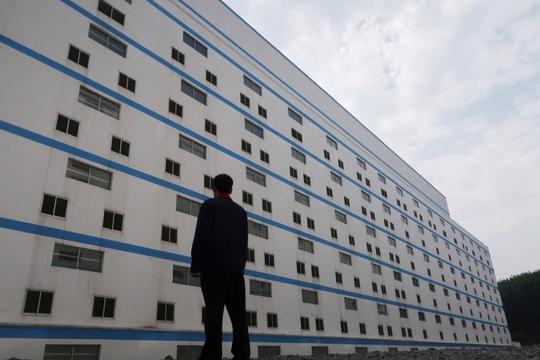 Trung Quốc xây khách sạn heo 13 tầng để ngăn dịch bệnh - Ảnh 1.