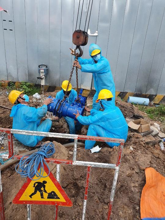Cấp nước Tân Hòa: Hoàn thành gắn đồng hồ nước 100 ly cho Bệnh viện dã chiến số 11 - Ảnh 1.