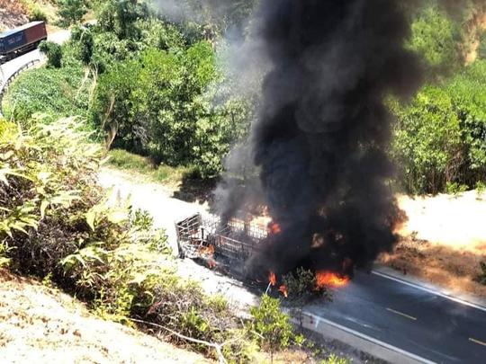 Quảng Nam: Xe tải bốc cháy dữ dội, cháy lan ra rừng keo của người dân - Ảnh 5.