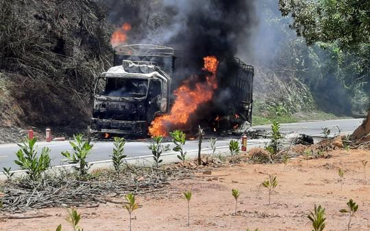 Quảng Nam: Xe tải bốc cháy dữ dội, cháy lan ra rừng keo của người dân - Ảnh 2.