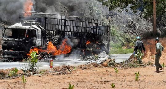 Quảng Nam: Xe tải bốc cháy dữ dội, cháy lan ra rừng keo của người dân - Ảnh 4.
