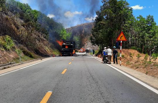 Quảng Nam: Xe tải bốc cháy dữ dội, cháy lan ra rừng keo của người dân - Ảnh 3.