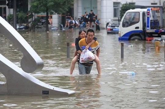 Trung Quốc cảnh báo lũ kịch khung, Mỹ khẩn cấp lo bão biển - Ảnh 1.