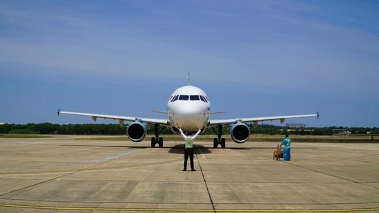 Hai chuyến bay chở gần 400 bà bầu, trẻ em từ TP HCM về đến Quảng Bình - Ảnh 8.