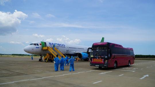 Hai chuyến bay chở gần 400 bà bầu, trẻ em từ TP HCM về đến Quảng Bình - Ảnh 2.