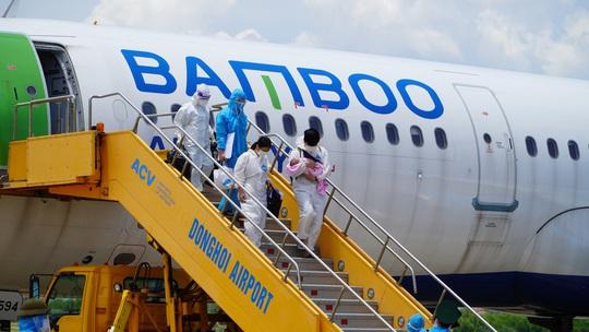 Hai chuyến bay chở gần 400 bà bầu, trẻ em từ TP HCM về đến Quảng Bình - Ảnh 3.