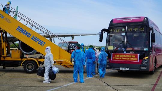 Hai chuyến bay chở gần 400 bà bầu, trẻ em từ TP HCM về đến Quảng Bình - Ảnh 7.