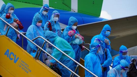Hai chuyến bay chở gần 400 bà bầu, trẻ em từ TP HCM về đến Quảng Bình - Ảnh 6.