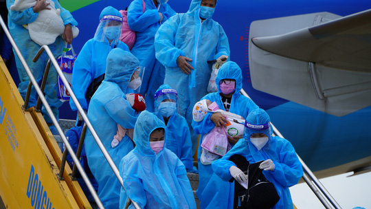Hai chuyến bay chở gần 400 bà bầu, trẻ em từ TP HCM về đến Quảng Bình - Ảnh 11.