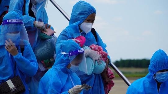 Hai chuyến bay chở gần 400 bà bầu, trẻ em từ TP HCM về đến Quảng Bình - Ảnh 10.