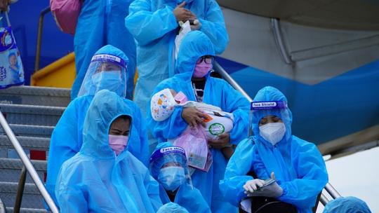 Hai chuyến bay chở gần 400 bà bầu, trẻ em từ TP HCM về đến Quảng Bình - Ảnh 5.