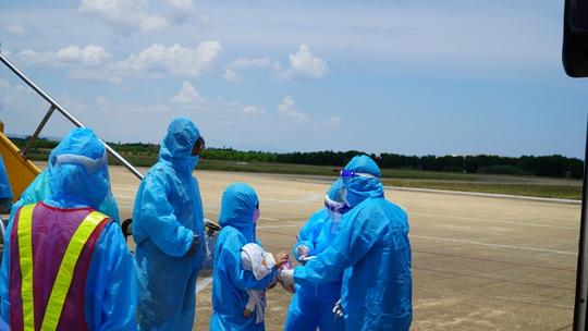 Hai chuyến bay chở gần 400 bà bầu, trẻ em từ TP HCM về đến Quảng Bình - Ảnh 14.