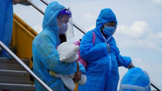 Hai chuyến bay chở gần 400 bà bầu, trẻ em từ TP HCM về đến Quảng Bình - Ảnh 9.