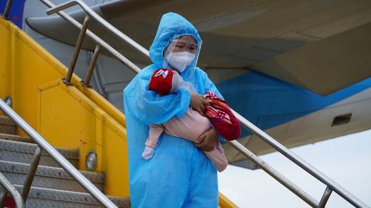 Hai chuyến bay chở gần 400 bà bầu, trẻ em từ TP HCM về đến Quảng Bình - Ảnh 4.