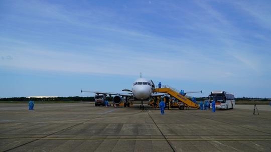 Hai chuyến bay chở gần 400 bà bầu, trẻ em từ TP HCM về đến Quảng Bình - Ảnh 15.