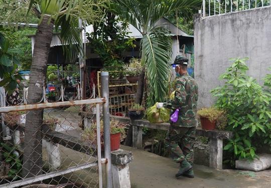 Bộ đội đưa thực phẩm đến tận tay người dân - Ảnh 5.