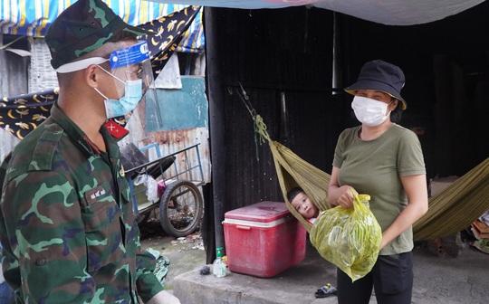 Bộ đội đưa thực phẩm đến tận tay người dân - Ảnh 7.