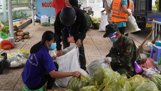 Bộ đội đưa thực phẩm đến tận tay người dân - Ảnh 2.