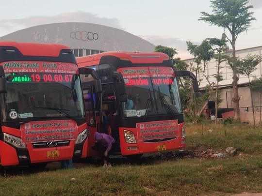 Thêm hơn 700 người dân Phú Yên từ TP HCM được gấp rút đón về quê - Ảnh 1.