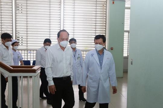Nhân viên y tế tại Bệnh viện Hồi sức Covid-19 phải làm 3 ca 4 kíp - Ảnh 1.