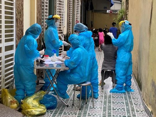 Khởi tố vụ án người mẹ đưa con trai từ TP HCM về Hải Phòng không khai báo y tế - Ảnh 1.