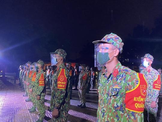 TP Thủ Đức: Lễ xuất quân dưới mưa của 932 chiến sĩ tham gia phòng chống Covid-19 - Ảnh 2.