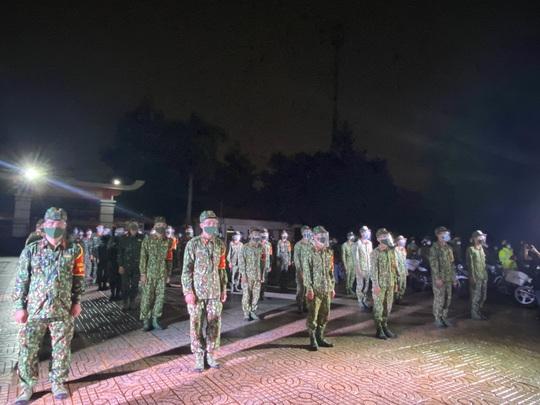 TP Thủ Đức: Lễ xuất quân dưới mưa của 932 chiến sĩ tham gia phòng chống Covid-19 - Ảnh 1.
