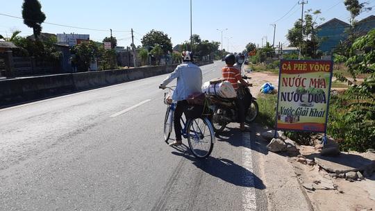 Đi bộ từ Quảng Ngãi về quê, chàng trai Thanh Hóa được bà con Quảng Nam tặng tiền, xe máy - Ảnh 3.