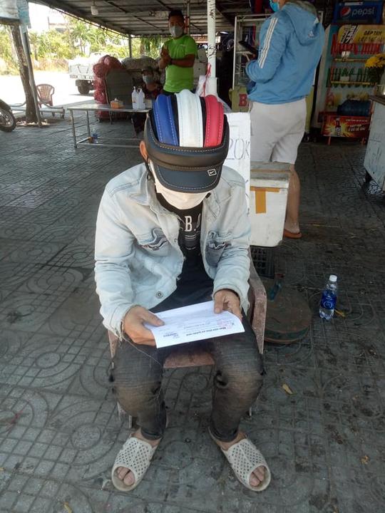 Đi bộ từ Quảng Ngãi về quê, chàng trai Thanh Hóa được bà con Quảng Nam tặng tiền, xe máy - Ảnh 6.