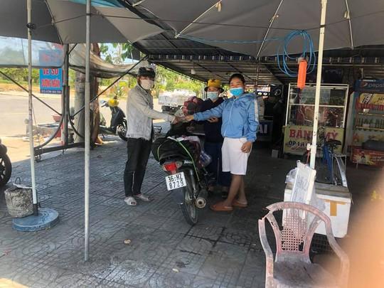 Đi bộ từ Quảng Ngãi về quê, chàng trai Thanh Hóa được bà con Quảng Nam tặng tiền, xe máy - Ảnh 4.