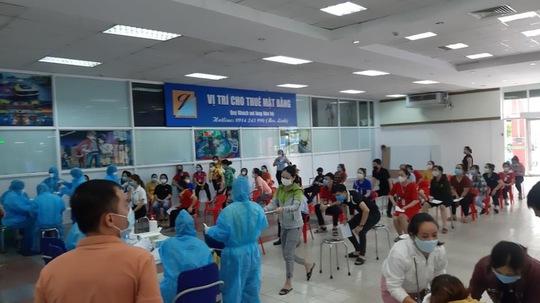 Bình Định tạm dừng hoạt động chợ hải sản cạnh ổ dịch trong Bệnh viện Đa khoa tỉnh - Ảnh 1.