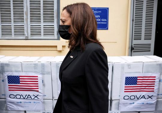 Vắc-xin Pfizer do Mỹ viện trợ Việt Nam đã về tới TP HCM - Ảnh 3.