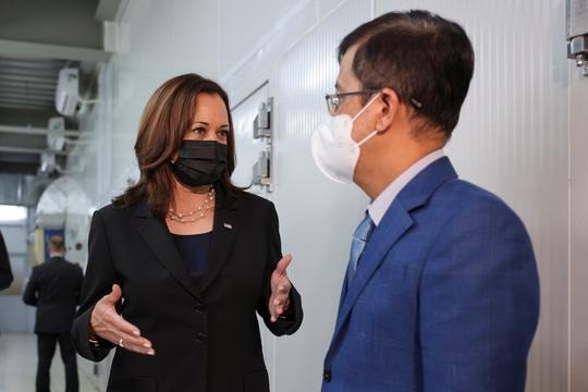 Vắc-xin Pfizer do Mỹ viện trợ Việt Nam đã về tới TP HCM - Ảnh 2.