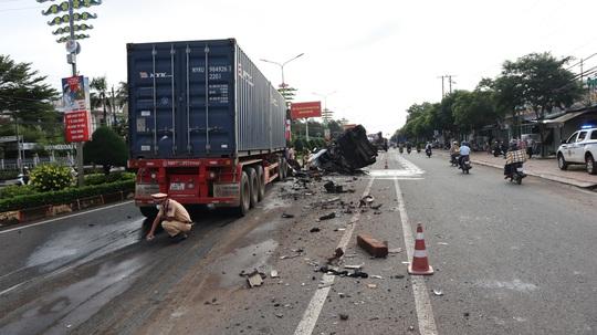 Bình Phước; Container tông xe bồn 1 người chết, 2 người bị thương - Ảnh 1.