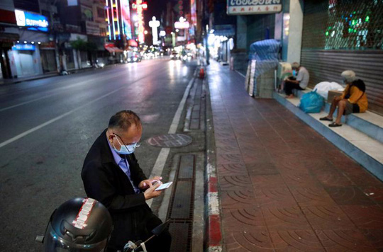 Thái Lan dỡ bỏ một loạt hạn chế chống Covid nhằm cứu nền kinh tế - Ảnh 1.