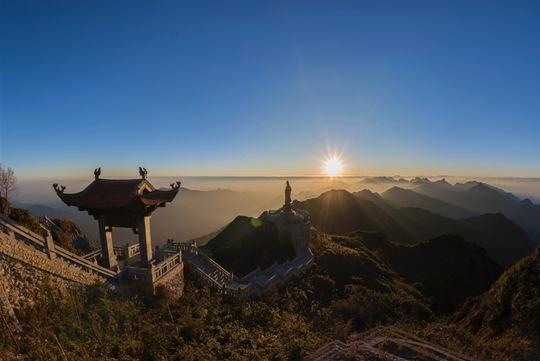 Khám phá những đỉnh núi thiêng tại Việt Nam - Ảnh 2.
