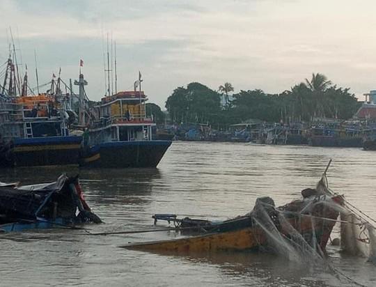 Lũ quét bất ngờ trong đêm, nhấn chìm nhiều tàu cá - Ảnh 1.