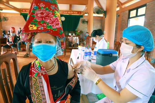 75% người dân huyện biên giới Bình Liêu tiêm vắc-xin Sinopharm - Ảnh 2.