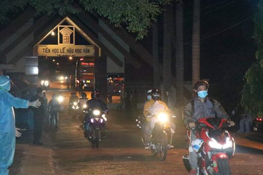 TP HCM đưa nhóm công nhân Đắk Lắk về quê - Ảnh 1.