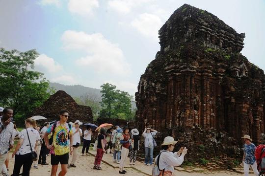 Tiền hỗ trợ đến tay hướng dẫn viên du lịch ở Quảng Nam - Ảnh 1.