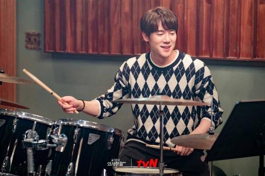 Yoo Yeon Seok - nghệ sĩ đa tài của showbiz Hàn - Ảnh 2.