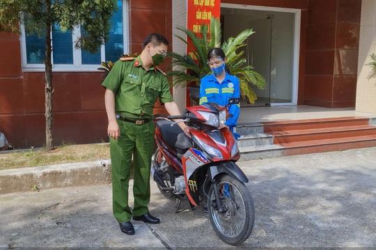 Nữ công nhân môi trường đô thị bị cướp được tặng xe máy - Ảnh 1.