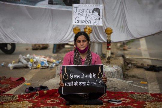 Ấn Độ: Bé gái 9 tuổi bị cưỡng hiếp tập thể và thiêu xác - Ảnh 2.